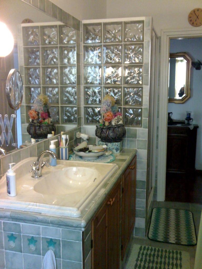 Bagno con lavandino in muratura e parete doccia in vetrocemento - Lavandino bagno vetro ...
