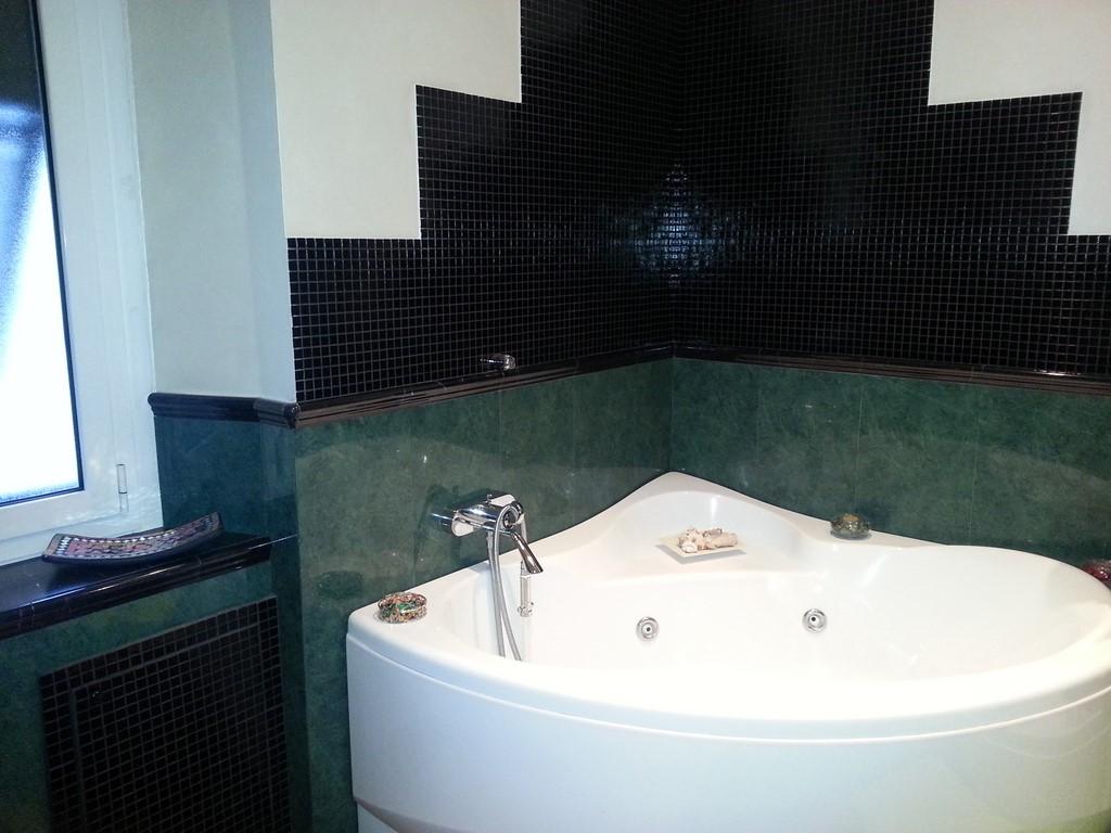 Bagno Con Rivestimento In Marmo Verde Alpi E Mosaico In Vetro Nero