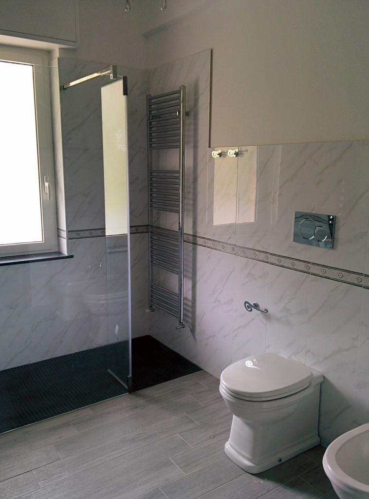 Bagno con Piatto doccia in muratura rivestito con mosaico nero