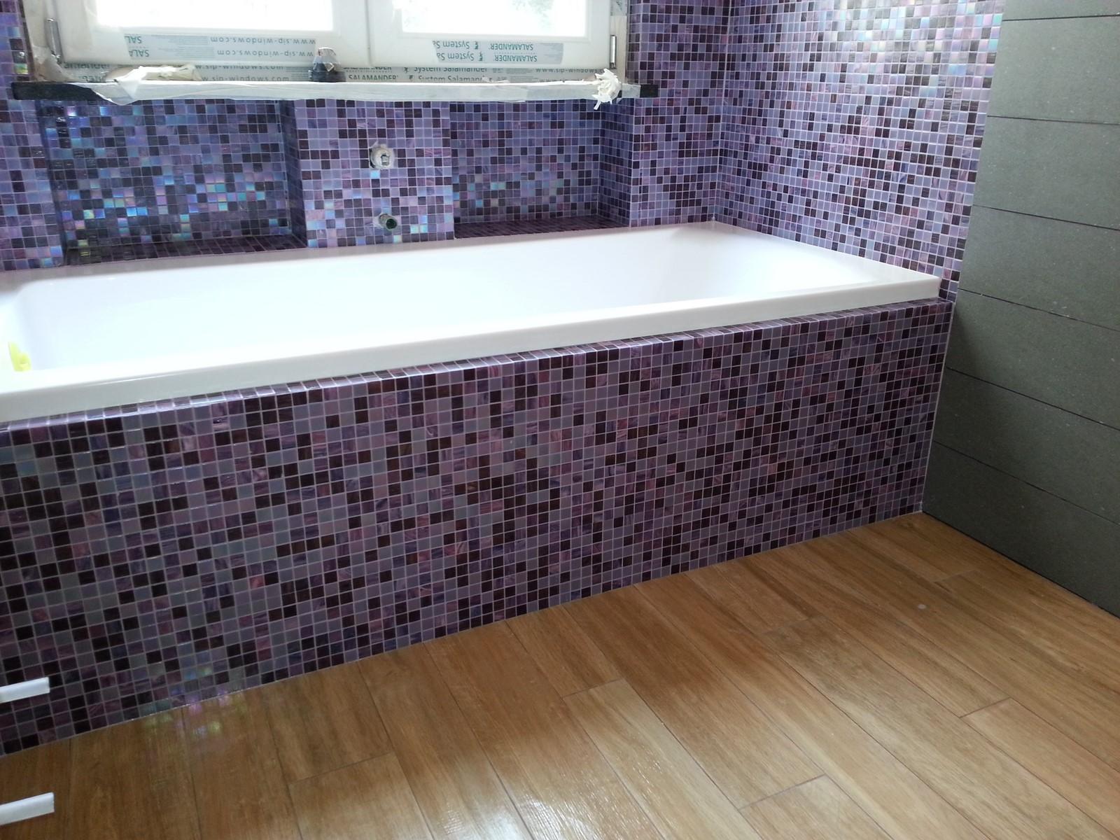 Rivestimento della vasca da bagno in mosaico di vetro viola - Piastrelle viola bagno ...