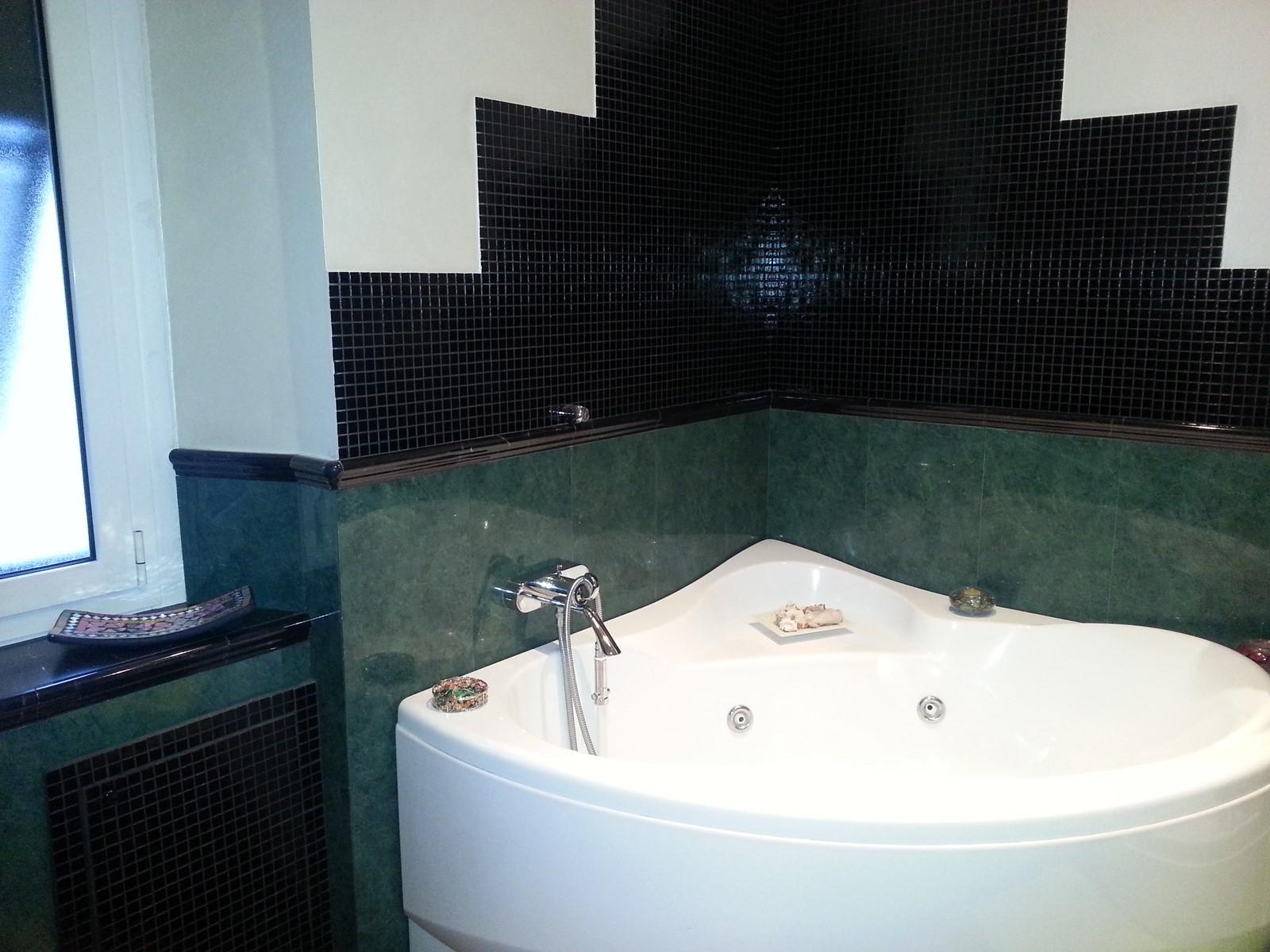 Bagno Con Mosaico Nero : Bagno con rivestimento in marmo verde alpi e mosaico in vetro nero
